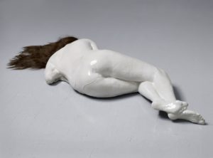 Birgitte Christens, Liggende Kvinde, Materials: Stoneware and wig