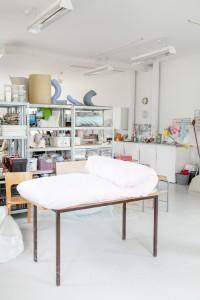 Fra Mariko Wadas værksted. Her ses en af objekterne på et bord. Det er lavet af to lag stof, som danner en moiréeffekt tæt på. Foto: Kirstine Autzen