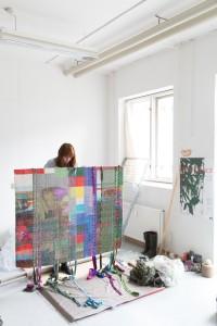 Sanne Ransby i sit værksted med et værk. Foto: Kirstine Autzen