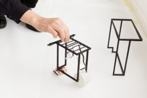 1:5 modeller af to af de møbler, som Wednesday Architecture skaber til de nye bøger. Bogvognen kommer – måske – til også at indeholde nogle funktioner i forhold til udformningen af bøgerne: den kan fungere som ophæng til at tørre og presse bøgerne på. Møblerne bliver malet mørkeblå med reference til bøgerne. Foto: Kirstine Autzen