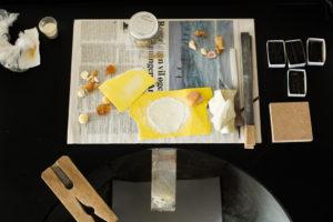 Fra Katrine Borups arbejdsplads: små stykker rav slibes på sandpapir – og slibestøvet gemmes i små poser og snapseglas. Foto: Kirstine Autzen