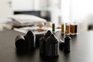 Modeller til udvikling af timeglassmykkerne. Papirrullerne er blandt andet en afsøgning af rundingen foroven. Samme runding skaber hulrummet inden i smykket og giver plads til ravperlen. Foto: Kirstine Autzen//Biennalen for Kunsthåndværk & Design 2017
