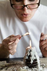 Katrine Borup brænder flere tændstikker – kun de, som forbliver helt lige kan bruges til smykkerne, fordi de skal fungere som moduler i de detaljerede konstruktioner.